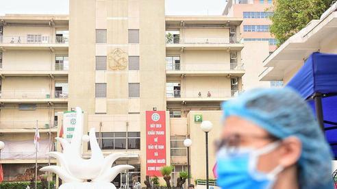 Bệnh viện Bạch Mai cách ly 19 nhân viên y tế tiếp xúc bệnh nhân COVID-19 vừa công bố trưa nay