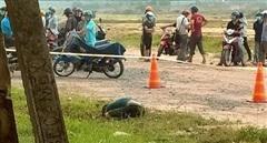 Người đàn ông chết trong tư thế quỳ gối ở bãi đất trống ven đường