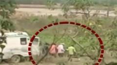 Nhân viên y tế bỏ thi thể nhiễm Covid-19 xuống sông Hằng gây phẫn nộ