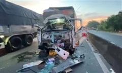 Xe tải tông đuôi xe đầu kéo đang dừng sau va chạm, 2 người thương vong