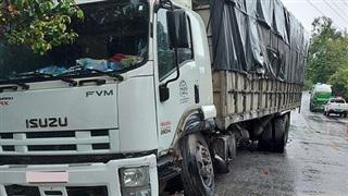 Xe tải lấn làn vượt ẩu gây tai nạn cho xe bồn chở bê tông