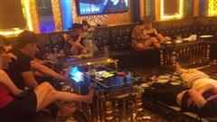 Bắt quả tang quán karaoke có 'tay vịn' hoạt động trái phép giữa mùa dịch