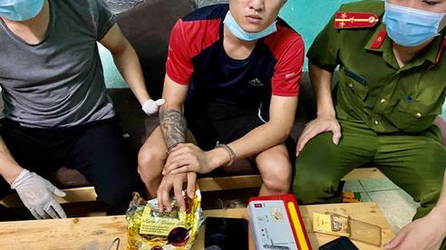 Kẻ buôn ma túy từ trong 'boong-ke' thả chó dữ cắn 2 cảnh sát bị thương