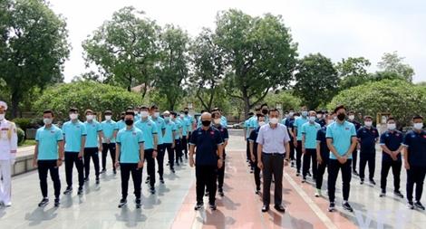 HLV Park Hang-seo và ĐTQG dâng hương tại Đài tưởng niệm AHLS Bắc Sơn