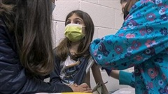Có nên tiêm vaccine COVID-19 cho trẻ em - đối tượng có nguy cơ thấp?