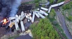 Đoàn tàu 47 toa trật đường ray, bốc cháy dữ dội