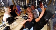Dân Anh vào bar, bay ra nước ngoài mừng 'giải phóng' khỏi COVID-19