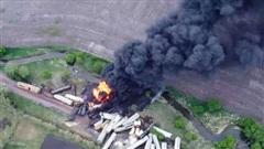 Tàu chở phân bón ở Mỹ trật bánh, bốc cháy ngùn ngụt