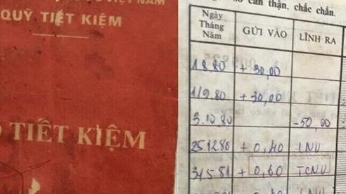 Cô gái xúc động cầm trên tay 'báu vật' sổ tiết kiệm của mẹ từ 40 năm trước