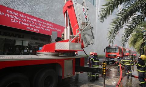 TPHCM: Cả ngàn người 'kẹt trong trung tâm thương mại đang cháy'