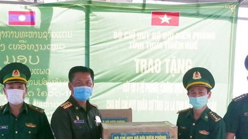Trao tặng vật tư y tế phòng, chống dịch COVID-19 cho lực lượng vũ trang Lào