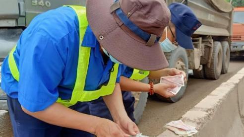 Đồng Nai: Tài xế xe ben dùng tiền lẻ trả phí trạm BOT, đường mỏ đá Tân Cang ùn tắc nghiêm trọng