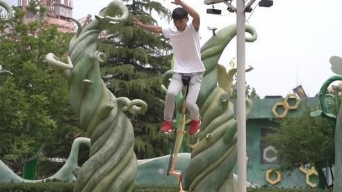 Thanh niên Trung Quốc nổi tiếng nhờ kỹ năng lái 'xe đạp thang'