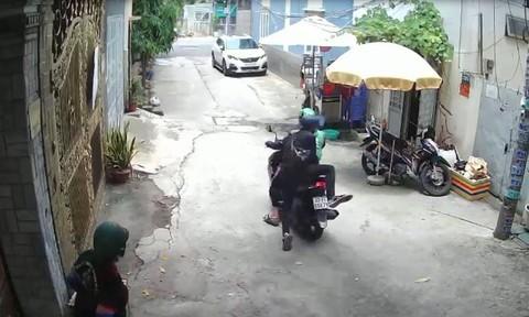 Thanh niên mặc áo xe ôm công nghệ cùng đồng bọn dàn cảnh cướp tài sản