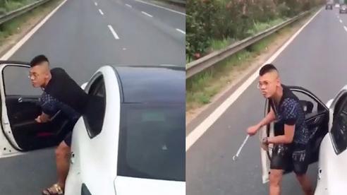 Không cho vượt, thanh niên đi Mazda 3 hùng hổ cầm cờ-lê xuống 'nói chuyện'