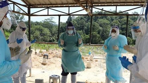 Hình ảnh Malaysia căng mình xử lý thi thể nạn nhân Covid-19