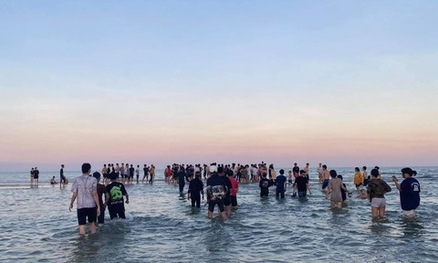 Trắng đêm tìm kiếm thanh niên bị nước xoáy cuốn trôi ra biển