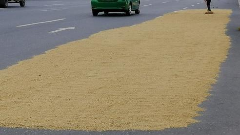 Ẩn họa từ chiếm dụng lòng đường biến thành sân phơi lúa