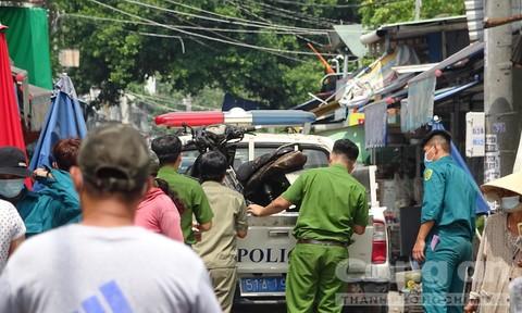 Truy bắt hung thủ khoá cửa, đổ xăng đốt hai vợ chồng nguy kịch ở Sài Gòn