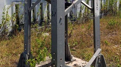Thanh giằng của hàng loạt cột điện đường dây 22Kv bị mất trộm