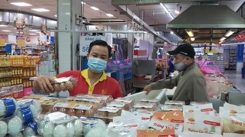 Giá trứng gà, vịt ngoài chợ tăng vọt, chênh lệch khoảng 10.000 đồng/vỉ so với siêu thị