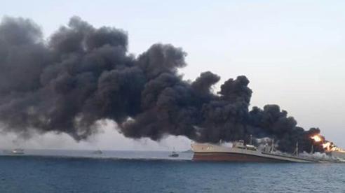 Tàu huấn luyện của hải quân Iran bốc cháy