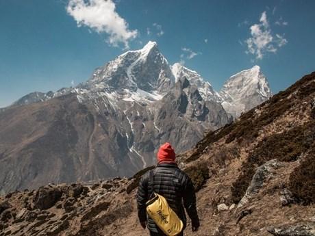 Luật sư về hưu người Mỹ chinh phục đỉnh Everest ở tuổi 75