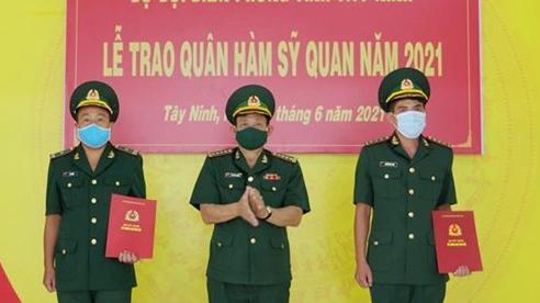 Trao Quyết định thăng quân hàm cho cán bộ tăng cường phòng, chống dịch Covid-19 tại Tây Ninh