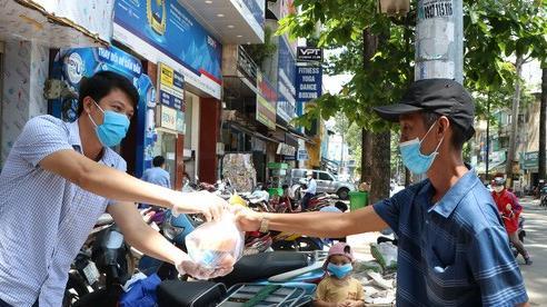 Người Sài Gòn mùa dịch: 'Biếu thức ăn miễn phí, nếu bạn ổn hãy nhường cho người khác'!