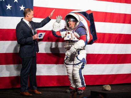 NASA ra mắt bộ đồ phi hành gia giá 300 triệu USD để khám phá Mặt Trăng