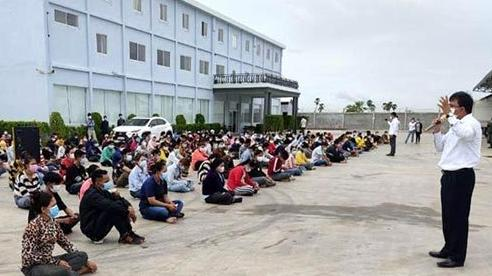 Lợi dụng hỗn loạn lúc xét nghiệm, 11 người mắc Covid-19 bỏ trốn ở Campuchia
