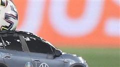 Ấn tượng với mô hình ô tô điện chở bóng tại trận khai mạc Euro 2020
