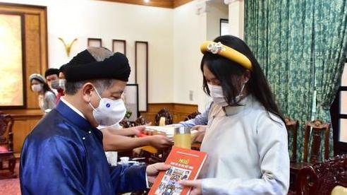 Khăn đóng, áo dài, Chủ tịch tỉnh làm 'hướng dẫn viên' cho học sinh