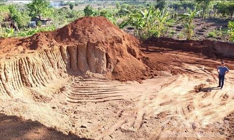 Khai thác 'trộm' hơn 1.100m3 đất làm đường, bị phạt 146 triệu đồng