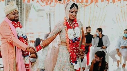 Chú rể bỏ trốn, cô dâu cưới luôn khách mời