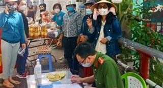 Công nhân tại phường Tân Tạo tạm nghỉ đến công ty từ sáng 14/6