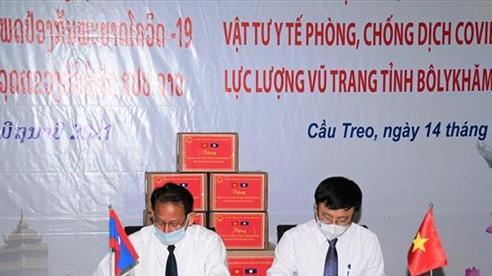 Trao tặng vật chất phòng, chống dịch Covid-19 và bàn giao công trình Trạm xá Quân dân y cho tỉnh Bô Ly Khăm Xay, Lào