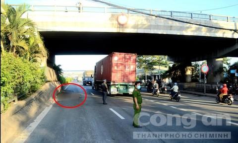Một phụ nữ rơi từ cầu vượt xuống đường ở Sài Gòn, tử vong tại chỗ