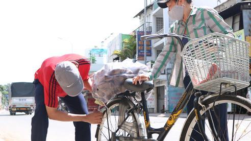 Người dân Sài Gòn tấp nập 'giải cứu' khoai lang tím cho bà con miền Tây