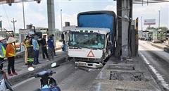 Xe tải tông sập cabin trạm thu phí cao tốc