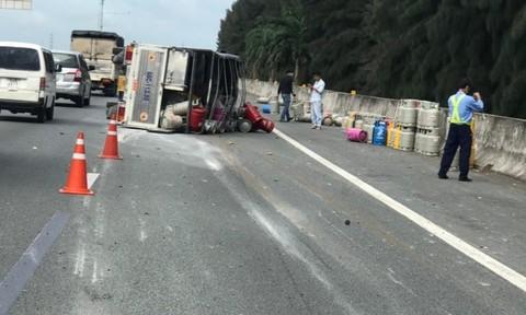 Hàng trăm bình gas đổ tràn xuống cao tốc TPHCM-Trung Lương