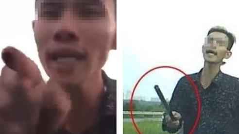 Vừa bị phạt 11 triệu đồng, tài xế xe ô tô ''múa gậy'' dọa người đi đường lại xuất hiện ở clip mới