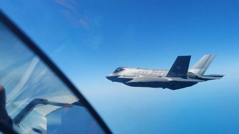 F-35 vội đổi hướng bay khi Su-30SM 'tàng hình' áp sát