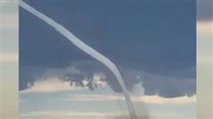 Vòi rồng siêu dài xuất hiện trên bầu trời Canada