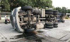 Container lật nhào trong KCN Biên Hoà 2, tài xế may mắn thoát chết