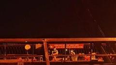 Cầu Long Biên: Tiểu thương bất chấp dịch bệnh 'mở hàng' bên cạnh biển cấm!