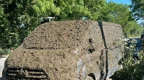 Tài xế đỗ xe chắn cửa rồi bỏ đi, nông dân bực mình đổ bùn đất
