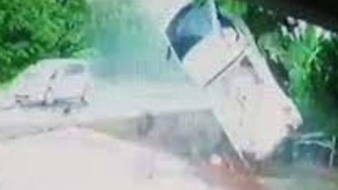 Tai nạn kinh hoàng do đường mưa trơn trượt, tài xế thoát chết nhờ thắt đai an toàn