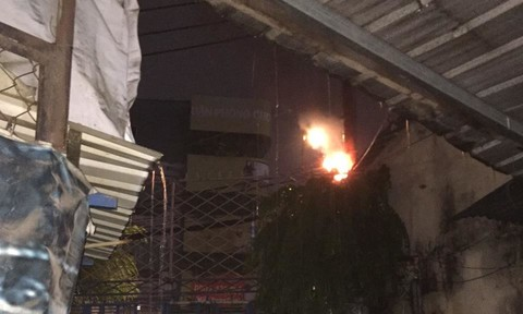 Cột điện bốc cháy dữ dội sau tiếng nổ trong cơn mưa ở Sài Gòn