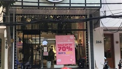 Các shop quần áo đồng loạt 'sale sập sàn' vẫn vắng người mua